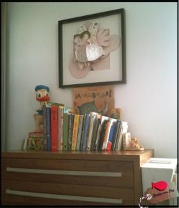Como tesoros que son, libros escoltados por Elfie, la bailarina que nos trajimos de París, y por el Pato setentero con esmero.