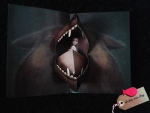 Detalle libro infantil pop up Caperucita